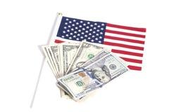 Λογαριασμοί δολαρίων στη αμερικανική σημαία Στοκ Εικόνες