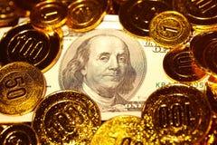 Λογαριασμοί δολαρίων στο χρυσό σωρό νομισμάτων Στοκ φωτογραφία με δικαίωμα ελεύθερης χρήσης