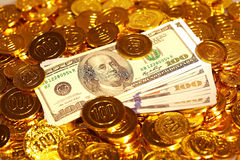 Λογαριασμοί δολαρίων στο χρυσό σωρό νομισμάτων Στοκ Εικόνες
