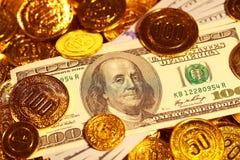 Λογαριασμοί δολαρίων στο χρυσό σωρό νομισμάτων Στοκ εικόνες με δικαίωμα ελεύθερης χρήσης
