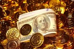 Λογαριασμοί δολαρίων στο χρυσό σωρό νομισμάτων Στοκ εικόνα με δικαίωμα ελεύθερης χρήσης
