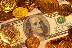 Λογαριασμοί δολαρίων στο χρυσό σωρό νομισμάτων Στοκ Εικόνα