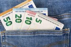 Λογαριασμοί τραπεζογραμματίων του ευρο- νομίσματος που κολλούν εντελώς ξαφνικά την τσέπη τζιν Στοκ φωτογραφίες με δικαίωμα ελεύθερης χρήσης
