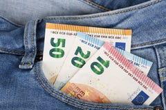 Λογαριασμοί τραπεζογραμματίων του ευρο- νομίσματος που κολλούν εντελώς ξαφνικά την τσέπη τζιν Στοκ Εικόνες