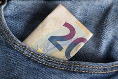Λογαριασμοί τραπεζογραμματίων του ευρο- νομίσματος που κολλούν εντελώς ξαφνικά την τσέπη τζιν Στοκ Φωτογραφίες