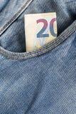 Λογαριασμοί τραπεζογραμματίων του ευρο- νομίσματος που κολλούν εντελώς ξαφνικά την τσέπη τζιν Στοκ Εικόνα