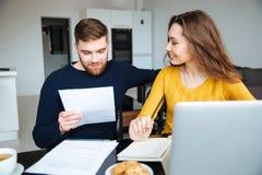 Λογαριασμοί υπολογισμού ζεύγους στο σπίτι Στοκ Εικόνες