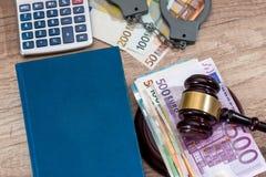 Λογαριασμοί, χειροπέδη και σφυρί ευρώ Στοκ Φωτογραφία