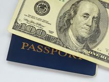 Λογαριασμός εκατό δολαρίων μπλε στενό σε έναν επάνω διαβατηρίων στοκ εικόνες