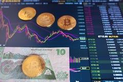 Λογαριασμός Κιργίσιος εγγράφου 10 ΚΛ, θολωμένο υπόβαθρο Το ηλεκτρονικό πρόγραμμα του bitcoin στην ανταλλαγή, εμπόρια όγκου, Στοκ Φωτογραφίες