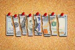 Λογαριασμός δολαρίων που κόβεται σε πολλά κομμάτια που προτείνουν την έννοια προβλημάτων αμερικανικής οικονομίας Στοκ εικόνα με δικαίωμα ελεύθερης χρήσης