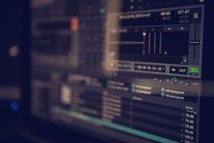 Λογισμικό του DJ σε μια οθόνη υπολογιστή στοκ εικόνες