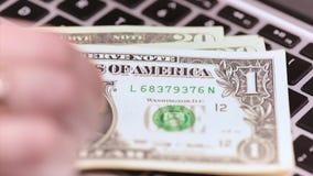 Λογιστής γυναικών με τα χρήματα φιλμ μικρού μήκους
