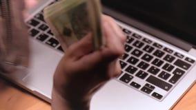 Λογιστής γυναικών με τα χρήματα απόθεμα βίντεο
