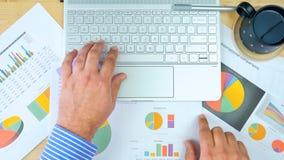 Λογιστής επιχειρηματιών που εργάζεται με τις γραφικές παραστάσεις και το σύγχρονο υπολογιστή οθόνης αφής Στοκ εικόνες με δικαίωμα ελεύθερης χρήσης