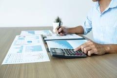 Λογιστής επιχειρηματιών που κάνει το λογιστικό έλεγχο εργασίας και υπολογισμός της δαπάνης την οικονομική ετήσια οικονομική δήλωσ στοκ φωτογραφίες