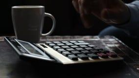 Λογιστής επιχειρησιακών ατόμων που κάνει τους υπολογισμούς που γράφουν τα στοιχεία και που παίρνουν τις σημειώσεις απόθεμα βίντεο