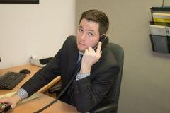 Λογιστής στο κοστούμι στο τηλέφωνο Στοκ Εικόνες