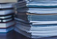 Λογιστική και φόροι Μεγάλος σωρός του περιοδικού και των βιβλίων στοκ φωτογραφία με δικαίωμα ελεύθερης χρήσης
