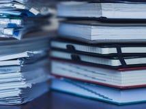 Λογιστική και φόροι Μεγάλος σωρός του περιοδικού και των βιβλίων στοκ εικόνα με δικαίωμα ελεύθερης χρήσης