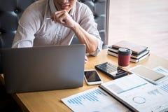 Λογιστικός έλεγχος εργασίας λογιστών επιχειρηματιών και οικονομική ετήσια οικονομική δήλωση ισολογισμών εκθέσεων δαπάνης υπολογισ στοκ εικόνες με δικαίωμα ελεύθερης χρήσης