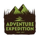 Λογότυπο για την περιπέτεια, τα εμβλήματα, και τα διακριτικά βουνών στρατοπέδευσης Στρατόπεδο στο δασικό διανυσματικό πρότυπο στο ελεύθερη απεικόνιση δικαιώματος