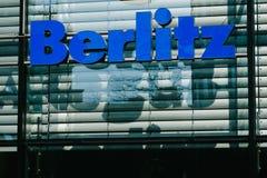 Λογότυπο γλωσσικών σχολείων Berlitz στο μέτωπο καταστημάτων Στοκ φωτογραφία με δικαίωμα ελεύθερης χρήσης