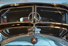 Λογότυπο εμβλημάτων στη Mercedes-Benz Στοκ φωτογραφία με δικαίωμα ελεύθερης χρήσης