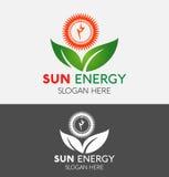 Λογότυπο ενεργειακής δύναμης ήλιων με το πράσινο φύλλο οικολογίας Στοκ Φωτογραφίες