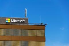 Λογότυπο επιχείρησης της Microsoft στην οικοδόμηση έδρας Στοκ φωτογραφίες με δικαίωμα ελεύθερης χρήσης