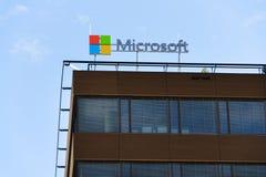 Λογότυπο επιχείρησης της Microsoft στην οικοδόμηση έδρας Στοκ φωτογραφία με δικαίωμα ελεύθερης χρήσης