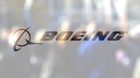 Λογότυπο επιχείρησης του Boeing σε ένα γυαλί ενάντια στο θολωμένο πλήθος στο steet Εκδοτική τρισδιάστατη απόδοση απόθεμα βίντεο
