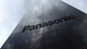 Λογότυπο εταιριών της Panasonic σε μια πρόσοψη ουρανοξυστών που απεικονίζει τα σύννεφα Εκδοτική τρισδιάστατη απόδοση Στοκ φωτογραφία με δικαίωμα ελεύθερης χρήσης