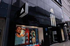 Λογότυπο καταστημάτων της Adidas στη Φρανκφούρτη στοκ εικόνες με δικαίωμα ελεύθερης χρήσης