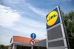Λογότυπο μιας υπεραγοράς Lidl σε Szeged, Ουγγαρία Το Lidl είναι ένα γερμανικό σφαιρικό αλυσίδα σουπερμάρκετ έκπτωσης διέδωσε όλου στοκ φωτογραφία με δικαίωμα ελεύθερης χρήσης