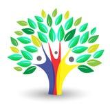 Λογότυπο οικογενειακών δέντρων με τα ζωηρόχρωμα άτομα Στοκ Εικόνα