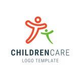 Λογότυπο παιδικής μέριμνας Πρότυπο λογότυπων ανθρώπων Οικογενειακό διανυσματικό σύμβολο Οι ευτυχείς άνθρωποι αγκαλιάζουν Πρότυπο  Στοκ Εικόνες