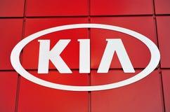 Λογότυπο της επιχείρησης μηχανών της Kia στο κόκκινο υπόβαθρο Στοκ Φωτογραφίες