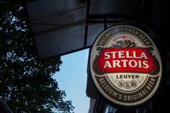 Λογότυπο της Στέλλα Artois σε ένα σημάδι φραγμών με διακριτικό οπτικό του Η Στέλλα Artois είναι μια βελγική ελαφριά pilsner μπύρα Στοκ Φωτογραφίες