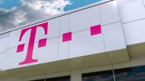 Λογότυπο της Τ-Mobile στη σύγχρονη πρόσοψη οικοδόμησης Εκδοτική τρισδιάστατη απόδοση Στοκ Φωτογραφίες