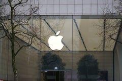 Λογότυπο της Apple έξω από ένα κατάστημα Στοκ φωτογραφία με δικαίωμα ελεύθερης χρήσης
