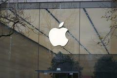 Λογότυπο της Apple έξω από ένα κατάστημα Στοκ Φωτογραφίες