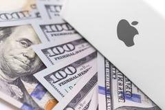 Λογότυπο της Apple στο κιβώτιο, δολάρια Η Apple είναι ένα πολυεθνικό technol Στοκ Φωτογραφίες