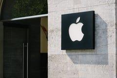 Λογότυπο της Apple στο μέτωπο καταστημάτων Στοκ εικόνα με δικαίωμα ελεύθερης χρήσης