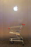 Λογότυπο της Apple το εικονικό μπροστά από το κατάστημα iStudio Στοκ Εικόνες