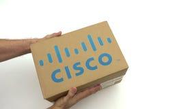 Λογότυπο της CISCO στο χαρτοκιβώτιο στα χέρια Εκδοτικός συνδετήρας απόθεμα βίντεο