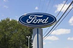 Λογότυπο της Ford σε έναν αντιπρόσωπο Ι Στοκ Φωτογραφία