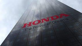 Λογότυπο της Honda σε μια πρόσοψη ουρανοξυστών που απεικονίζει τα σύννεφα Εκδοτική τρισδιάστατη απόδοση Στοκ Εικόνα
