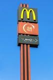 Λογότυπο της McDonald's σε έναν πόλο ενάντια στο μπλε ουρανό Η McDonald's είναι θόριο Στοκ Εικόνες