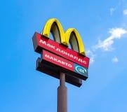 Λογότυπο της McDonald's σε έναν πόλο ενάντια στο μπλε ουρανό Στοκ φωτογραφίες με δικαίωμα ελεύθερης χρήσης